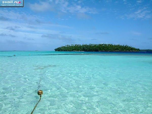 Тонга Вавау маленький необитаемый остров лагуна пляж изумрудное мелководье.